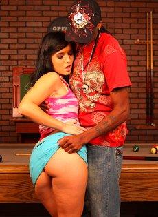 Секс на бильярдном столе с черным парнем