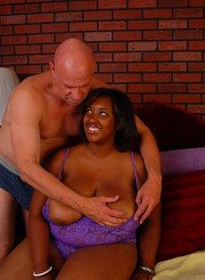 Жирная негритянка отсасывает сперму из лысого парня