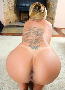 Латинка Моника Лопес показывает красивую сочную задницу