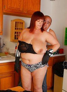 Толстуха Джози трахается с лысым мужчиной на кухне и дрочит ему ногами