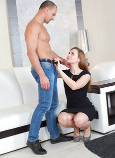 Порно звезда Мила делает удивительно глубокий минет