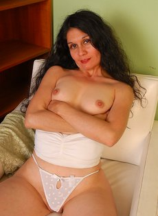 Кудрявая бабуся Кармен показывает сочную задницу