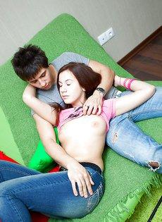 Молодые люди занимаются сексом на диване