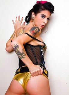 Черноволосая красотка Джоанна Ангел позирует в любительской фотосъемке