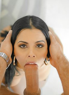 Сиськастая латинка берет в ротик очень большой пенис
