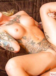 Татуированная красавица со спермой на плоском животике
