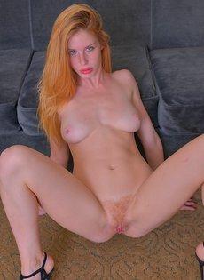 Рыжая девица показывает вагинальную дырку крупным планом