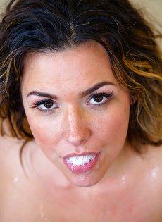 Латинская домохозяйка с полным ртом густой спермы