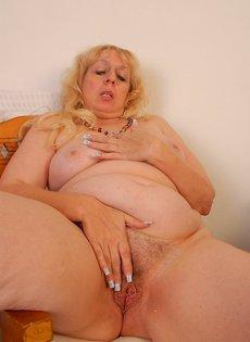 Толстая баба мастурбирует волосатую пизденку