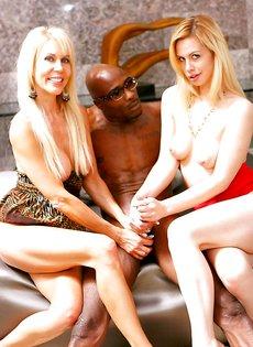 Европейские порно звезды трахнулись с темнокожим парнем