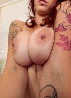 Прекрасная сучка с большой грудью соскучилась по возлюбленному