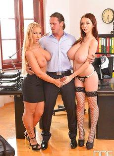 В офисе отодрали сексуальных девок с большими дойками