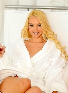 После душа красивая блондинка показала голенькое тело
