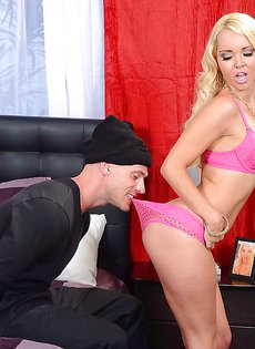 Во время секса запихнул блондиночке трусики в рот