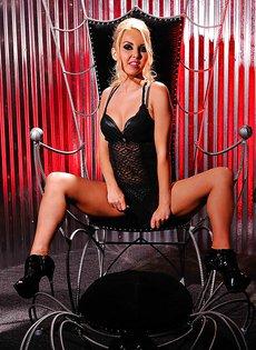 Сексапильная блондинка Aaliyah Love растягивает половые губки