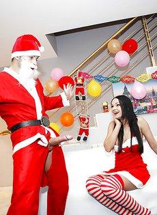 Парень в костюме Санта Клауса трахнул сиськастую брюнетку