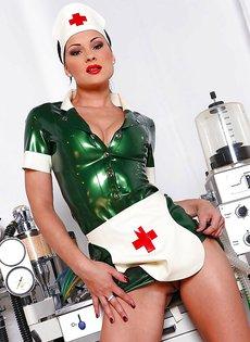 Очень раскрепощенная медсестра показывает промежность