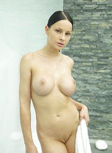 Секс фото девушки с большой грудью в душевой комнате
