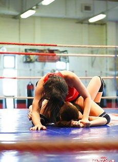 На ринге очаровательные девушки занялись сексом