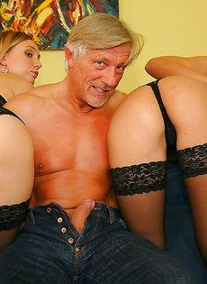 Зрелому мужчине попались две обворожительные потрахушки