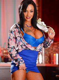 Женщина с татуировками и пирсингом