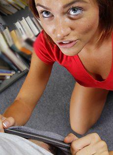 В библиотеке молоденькую студентку по-быстренькому трахнули