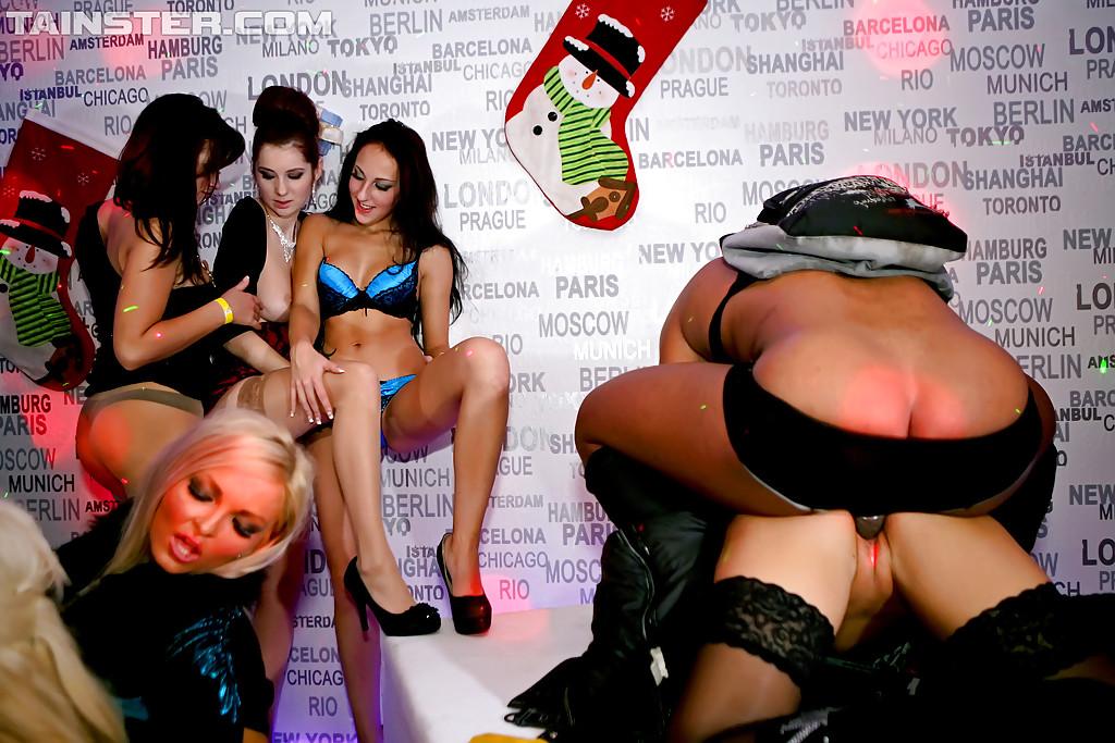 групповое порно в ночном клубе