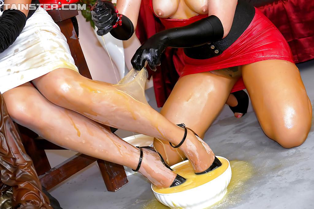 Строгая госпожа доминирует над рабом и трахает