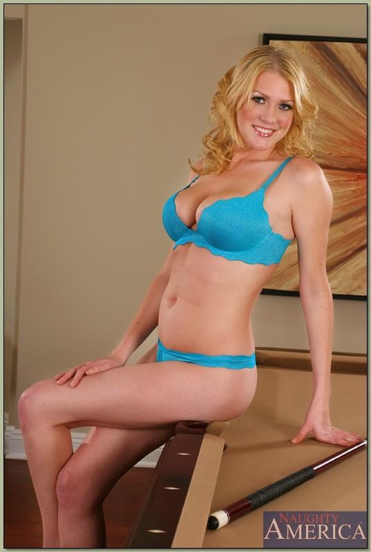 Красотка в голубом нижнем белье порно