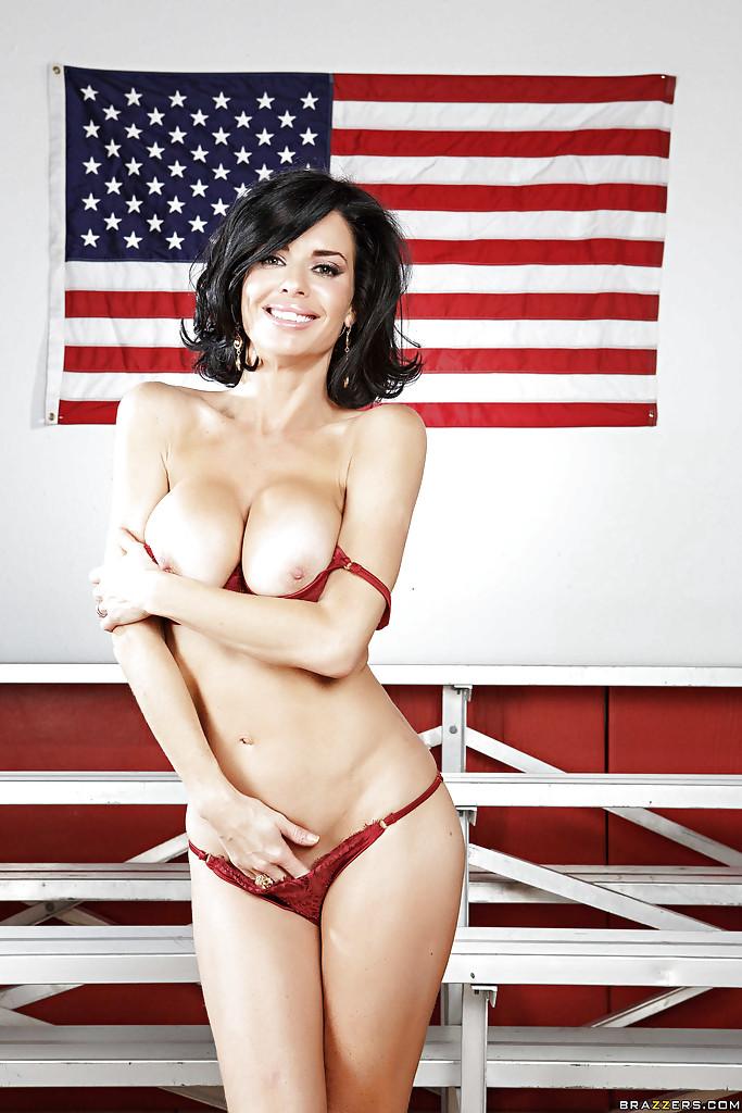 Лучшее домашнее порно с молодой и загорелой обладательницей огромных сисек