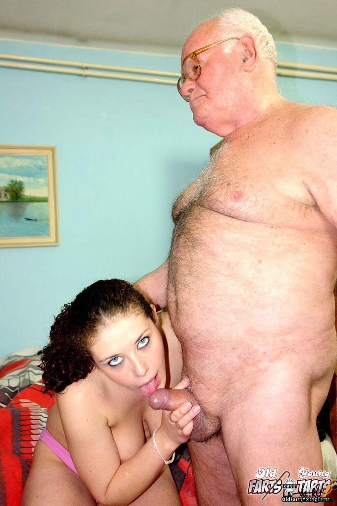 Деда отсосала он пока внучка порно спал у