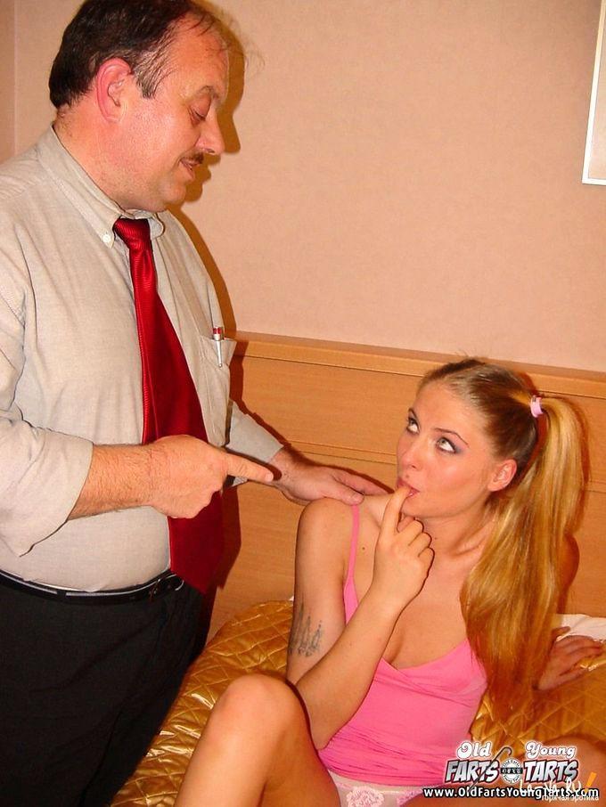 Студентка отрабатывает порно