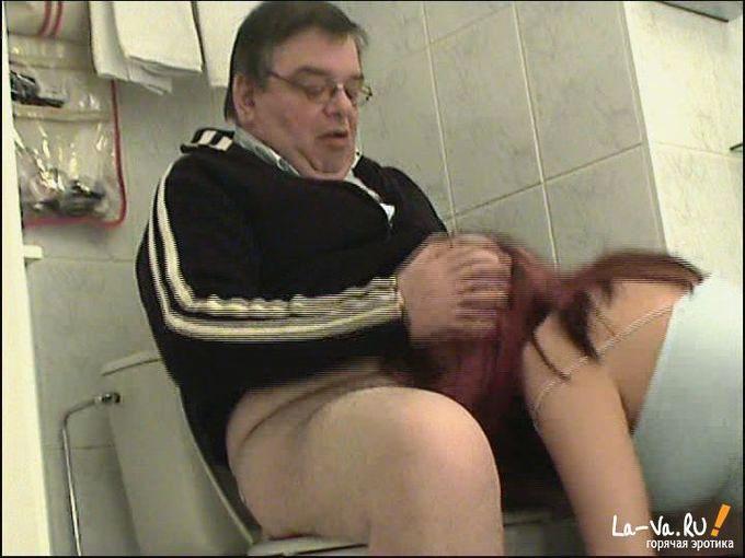 девушка сосет в туалете фото
