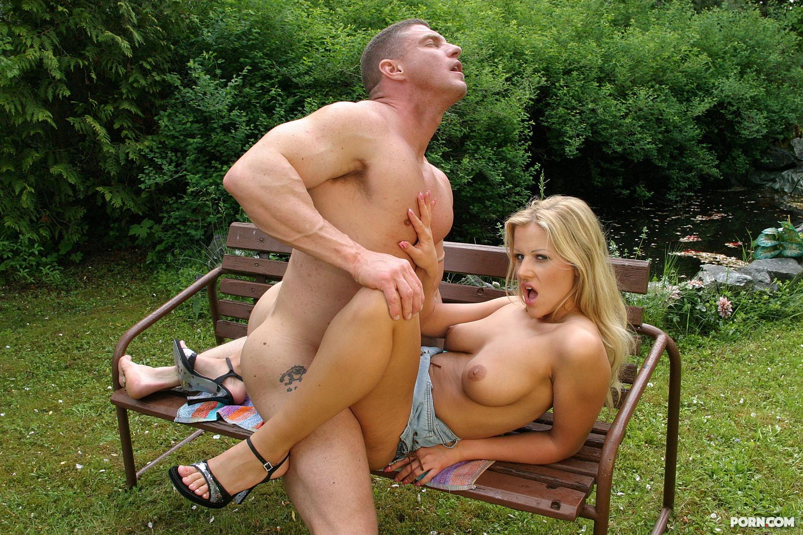 Секс в парке во дворе