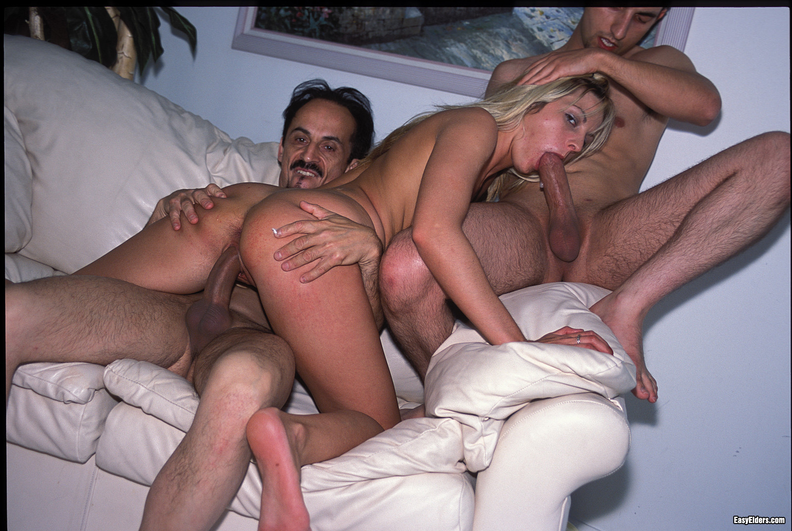 Три мужика трахают молоденькую