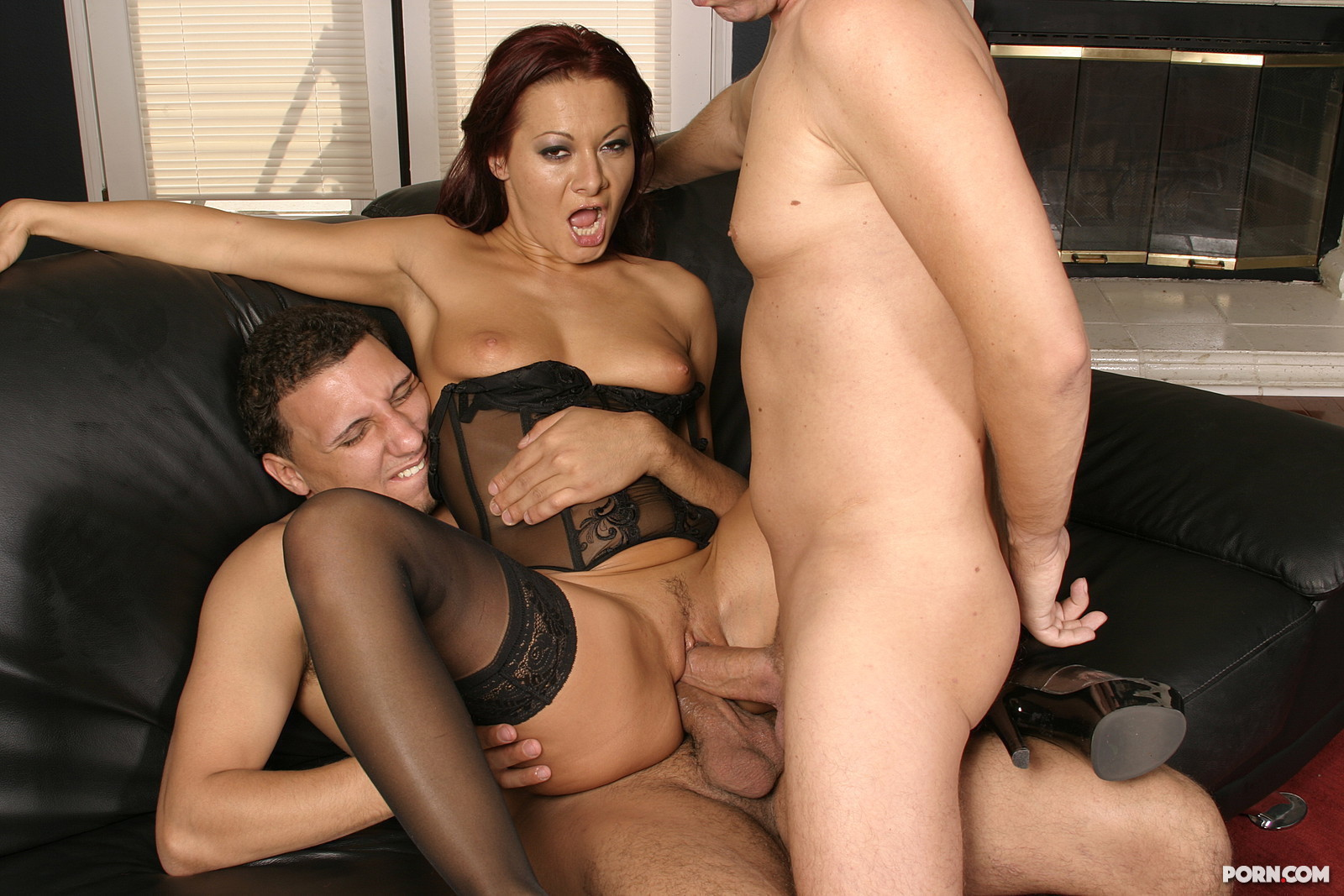 Фото жена изменяет мужу с двумя