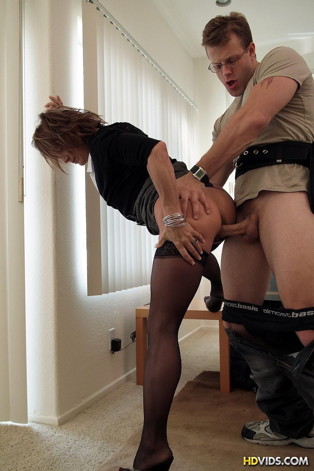 шеф износиловал секретаршу у себя дома