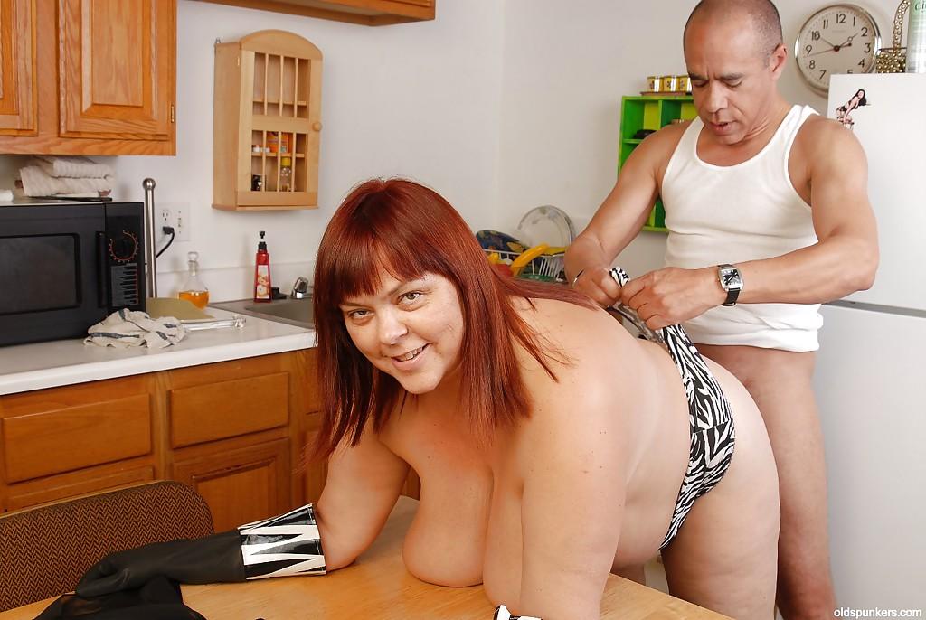 порно она ему дрочит ногами