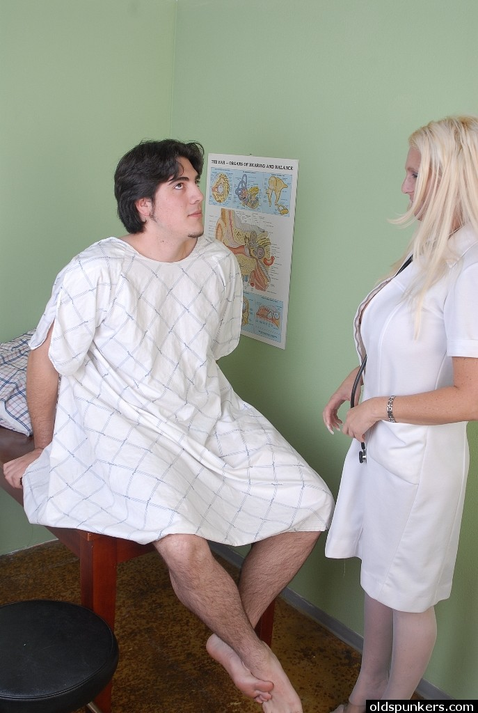 Мастурбация пожилых медсестер, порно в фитнес клубе и в лосинах