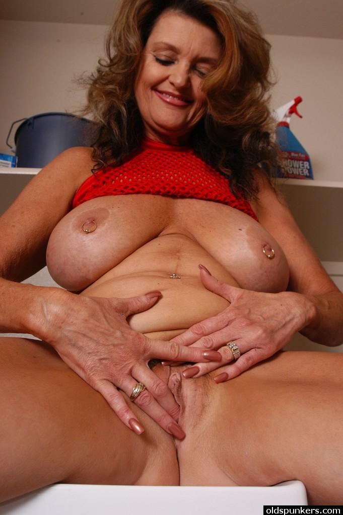 Chunky Mature Mom With Big Tits Masturbates